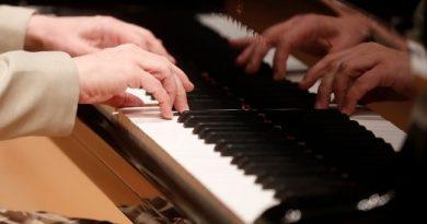 Tocar un instrumento atenúa efectos del Alzheimer: experta