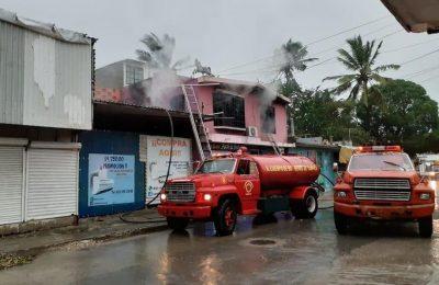 Un rayo deja sin hogar a familia en Tampico causando un incendio